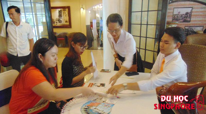 Các bạn sinh viên đang tìm hiểu và điền thông tin trước khi tham gia hội thảo của Du học Việt Phương và Học viện FTMSGlobal Singapore