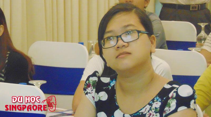 Học sinh đang lắng nghe những chia sẽ về cơ hội nghề nghiệp tại Singapore