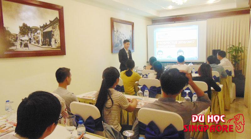 Mr Kendy Vuong đang giới thiệu về chương học cũng như cơ hội nghề nghiệp và định cư tại Singapore