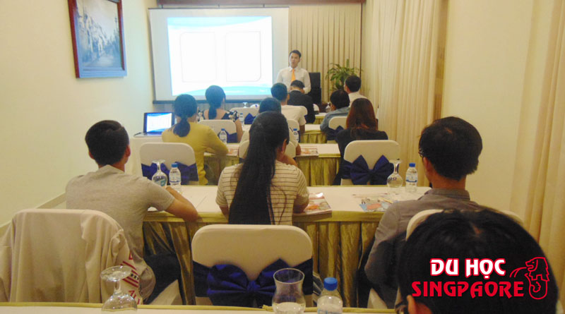 Mr Tâm Đại diện Du học Việt Phương đang trình bày về các chương trình ưu đãi cũng như dịch vụ của Du học Việt Phương