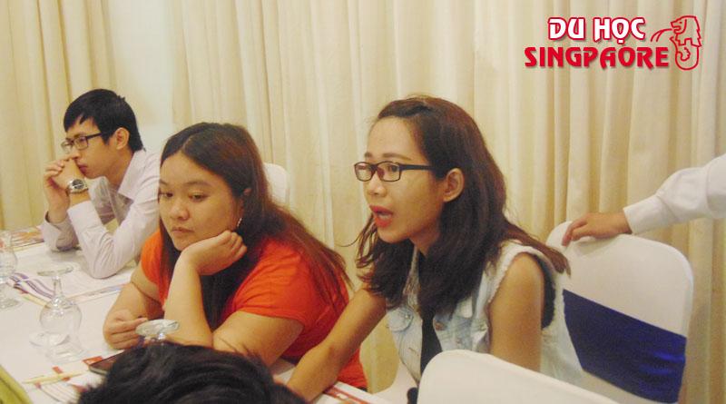 Sinh viên đang đạt câu hỏi cho đại diện Học viện FTMSGlobal Singapore