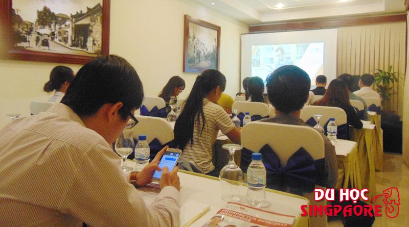 Sinh viên đang theo dõi video giới thiệu về trường Học viện FTMSGlobal Singapore