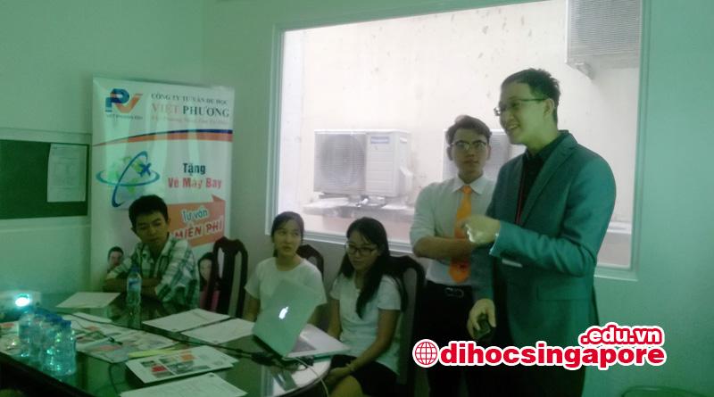 Đại diện Học viện SDH Singapore chia sẽ thông tin trường cho phụ huynh và học sinh