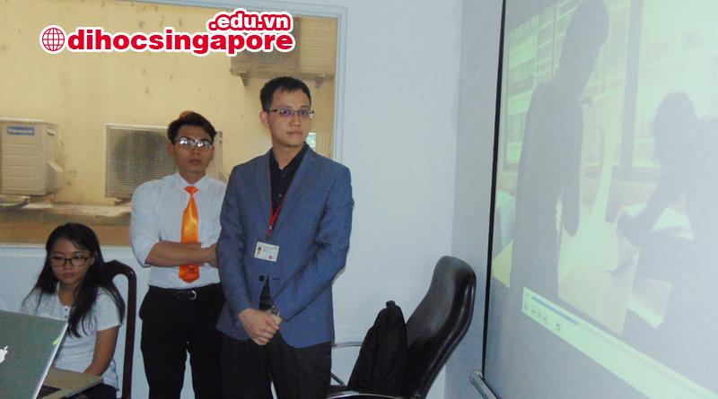Đại diện trường SDH Singapore đang giới thiệu về cơ sở vật chất của mình