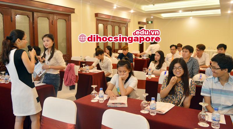 Đại diện trường đang chia sẻ về đời sống và học tập tại Singapore