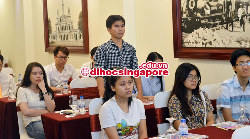 Sinh viên đặt câu hỏi về hồ sơ và thủ tục du học Singapore