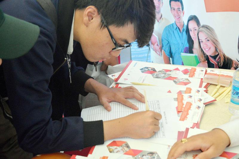 Học sinh đang đăng ký chương trình học bổng lên tới 50% của trường Quốc tế Dimensions