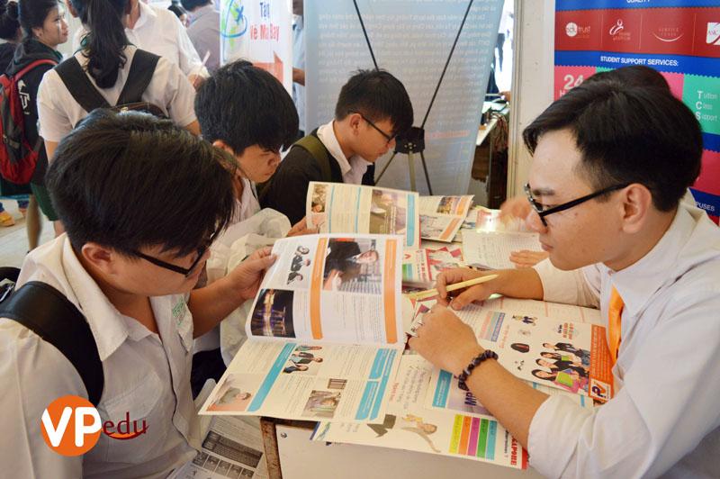 Học sinh đang tìm hiểu về chương trình du học Singapore
