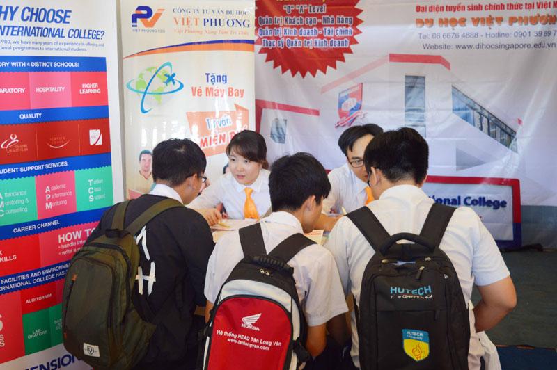 Học sinh tìm hiểu thông tin của trường Dimensions Singapore