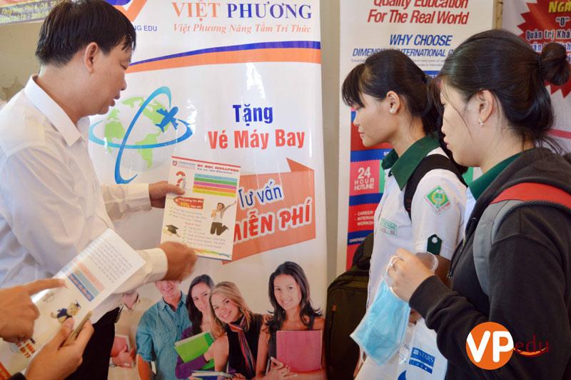 Mr Mai Quốc Việt giới thiệu chương trình du học Singapore tại trường Quốc tế Dimensions cho các bạn học sinh
