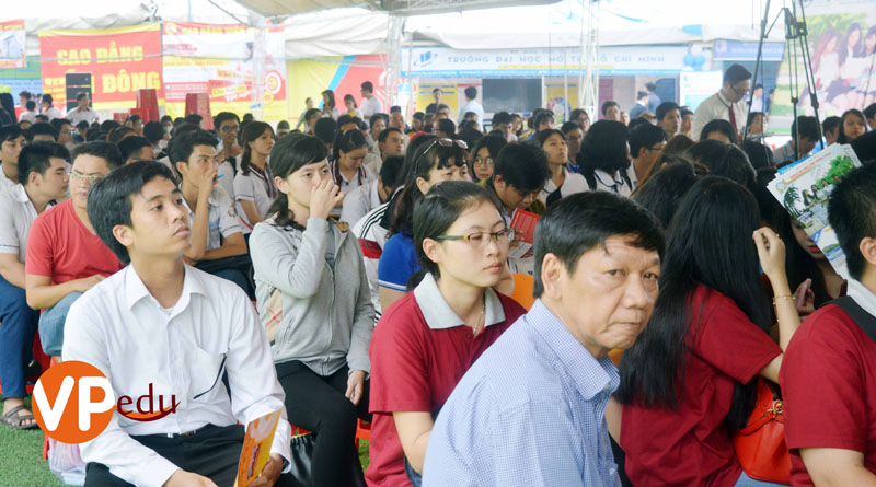 Quý phụ huynh học sinh đang lắng nghe chương trình tư vấn với chủ đề Cùng bạn quyết đinh tương lai do Báo giáo dục thực hiện