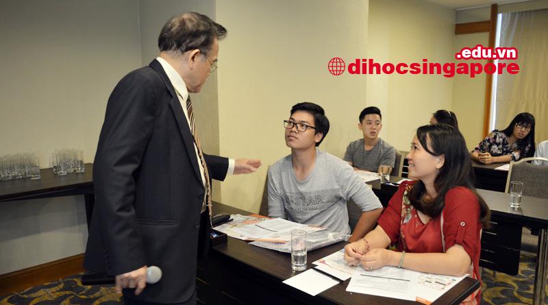Dr. Eric Kuan đang tư vấn chọn ngành cho sinh viên