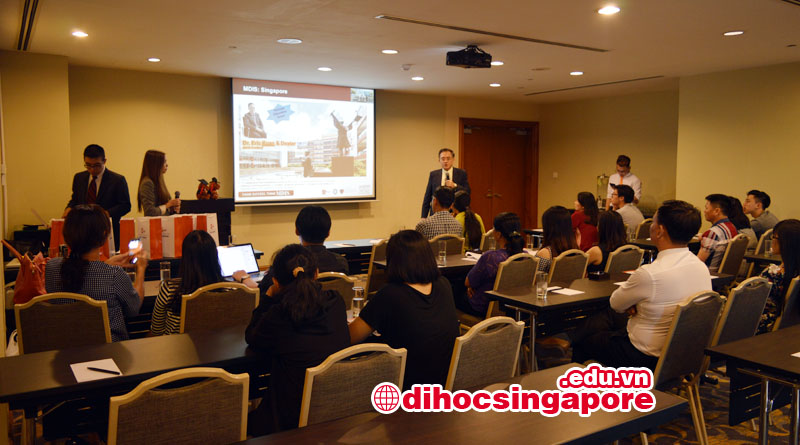 Dr. Eric Kuan - Hiệu trường MDIS đang giới thiệu chương trình học tại MDIS