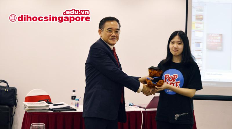 Học sinh may mắn nhận được phần quà từ hiệu trưởng trường MDIS tại Hà Nội