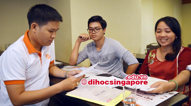 Học sinh nộp hồ sơ du học singapore tại MDIS