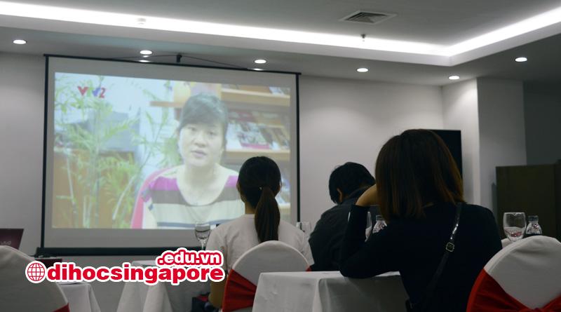 Phụ huynh và học sinh đang theo dõi video giới thiệu về MDIS của đại VTV2 thực hiện