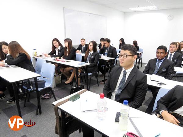 Sinh-viên-học-chương-trình-học-du-lịch-khách-sạn-liên-kết-với-Đại-học-Vatel-Pháp-tại-Học-viện-SDH-Singapore