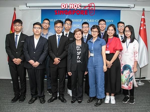Học sinh nhận học bổng ASEAN vào tháng 10/2019